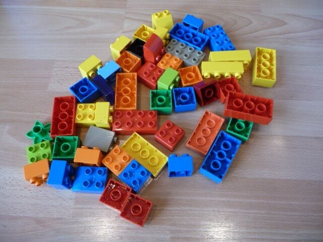 AN ASSORTMENT OF 50 LEGO / DUPLO BUILDING BRICKS