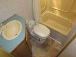 Winnebago Leisure Seeker – LARGE BATHROOM – PERMANENT BED