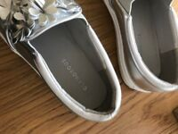 Glamorous Silver Pumps with flowers size 4