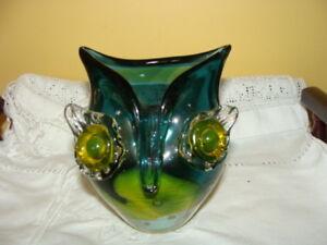 Buho en verre souffle, de couleur vert