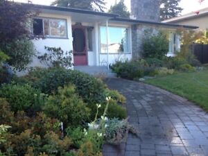 Large furnished bedroom in Oak Bay home near UVIC