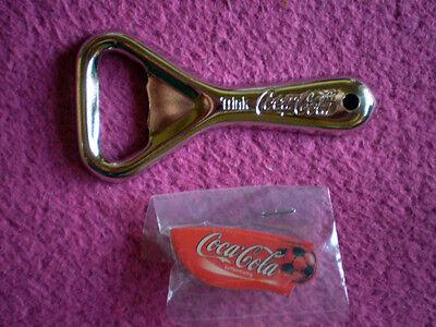 COCA COLA Flaschenöffner Metall + WM 2014 Coca Cola Fußballpin 2 TEILE / NEU