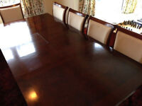 Mahogony dining table and 8 matching chairs incl. 2 carvers