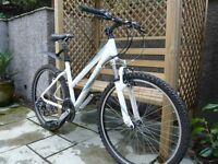 LADIES GIANT BOULDER MOUNTAIN BIKE IN GREAT CONDITION