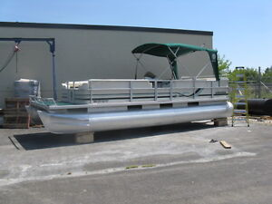 **PONTOON 24FT CREST 1997 W/MERCURY 115 OIL INJECTED OUTBOARD**