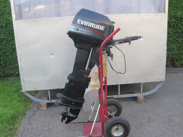 Used 1999 Evinrude 8 HP, 2 temps, Pied Xtr,long 27'' sortie 12 volts.