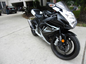 Suzuki Gsxr 600 2014 ! Low millage ! Includes both taxes ! Clean