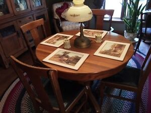 Exquisite antique oak dining room table and 6 chairs