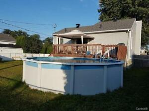 Belle maison rénové a vendre a Lavaltrie avec cour piscine