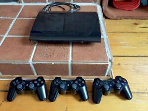 PS3 ultra slim 500GB + 3 controllers + 11 games incl.