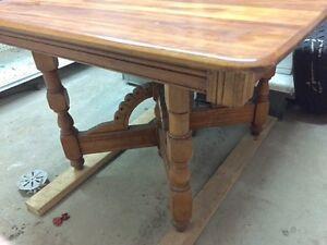 Table Antique en bois. avec panneau.