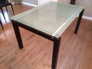 tempred dining glass table (structube model)