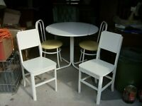 WHITE TABLE & 4 CHAIRS - IN EXCEPTIONAL CONDITION