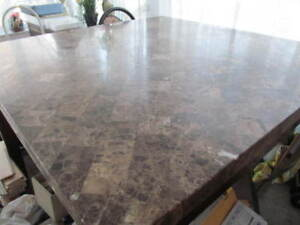 BELLE TABLE CARRÉE EN MARBRE (LOURDE) 54X54 POUCES