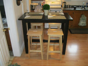 Beautiful Tall kitchen Island table set w/stools like new must c