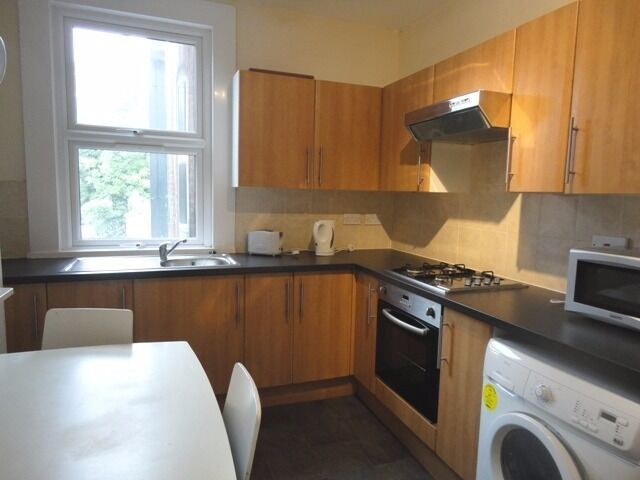 Perfect for students / sharers - A large four/five bedroom maisonette arranged over two floors