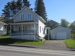Maison 1 étage et demi, avec grand garage détaché de 19' x 32'.