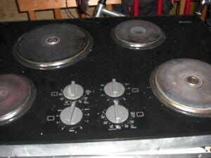 plaque chauffante 4 ronds finie noir et élément céramique