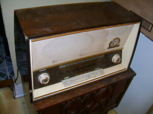 LARGE ANTIQUE TUBE RADIO
