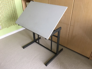 LIKE NEW! Drawing and Craft Table