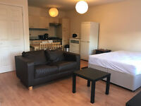 Lovely Open Plan Studio, Yards to East Croydon Station, Addiscombe Road, CR0 6SA