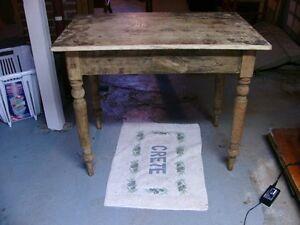 table antique et chaise d'époque 175$ chacune.