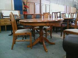 Varnished circular table with 3 chairs