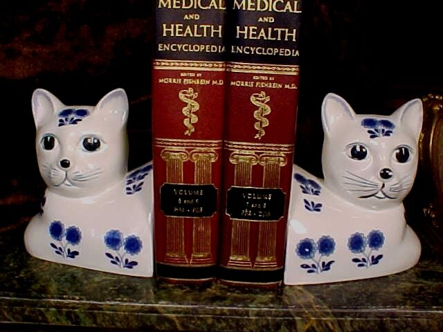 ADORABLE Weighted Ceramic Porcelain Kitty Cat Bookends Cobalt Blue White SO CUTE