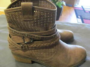 WOMENS ANKLE BOOTS, SIZE 8 1/2 BROWN $65
