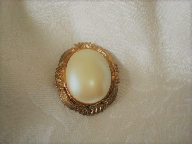 Vintage Inspired Gold Tone and Faux Pearl Scarf Ring Clip