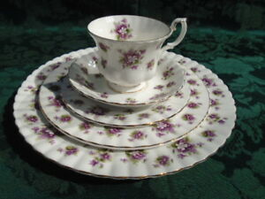 Royal Albert Sweet Violets 5 Piece Place Setting Excellent