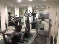 LOVELY DOUBLE ROOM £550/MONTH £100 DEPOSIT SECURE BUILDING FREE GYM AND CONCIERGE BUS STOP 1 MINUTE
