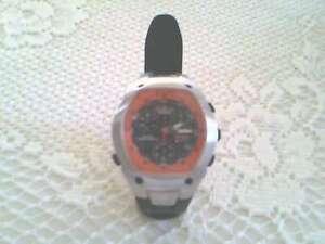 Montre Timex Ironman pour hommes couleur orange, argent et noir.