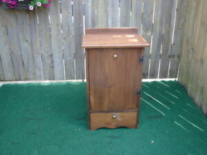 Small cabinet with 2 shelves/Bottom drawer