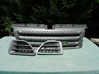 RANGE ROVER SPORT FRONT GRILLE AND 2 SIDE VENTS AS NEW CONDITION STORED.