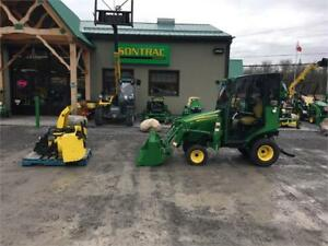 2014 JOHN DEERE 1023E COMPACT TRATOR WITH LOADER BLOWER AND CABI