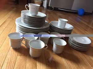 Lovely 40 PIECE DINNERWARE set for $40