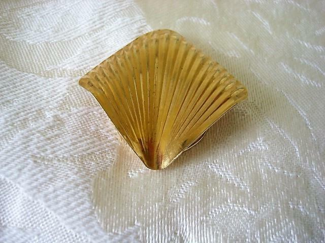 Ribbed Gold Tone Scarf Ring Clip