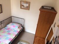 Lovely bright single room in a quiet home near the beach and transport routes