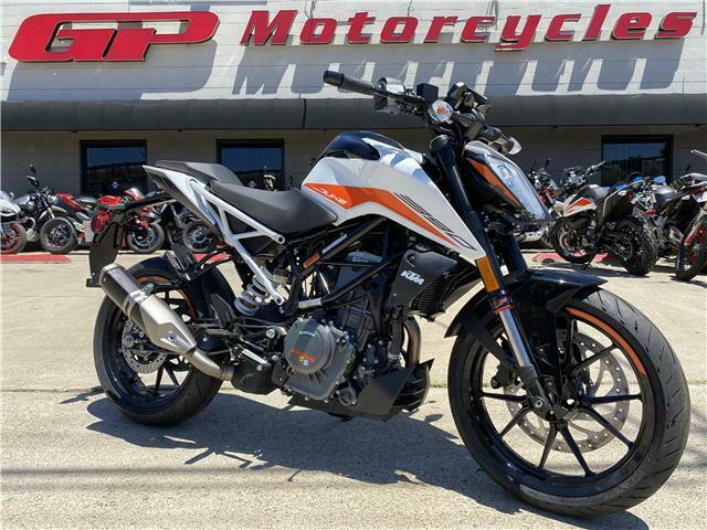 Picture of A 2021 KTM 390 DUKE