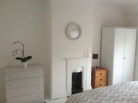 ****CLEAN BRIGHT SINGLE ROOM AVAILABLE NOW/ APRIL. DE24 CLOSE TO ROLLS ROYCE *****