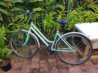 Ladies 24 Speed Hybrid Bike in Perfect Order Size M