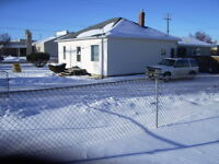 Bungalow Large Fenced Corner Lot 2 Blk.To Down Town R-3 Walk Up