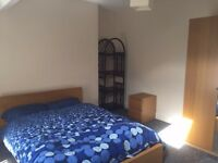 L13 lovely room available in a three bed flat in Greenfield Road
