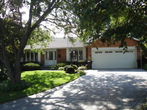 Move-in ready bungalow on quiet Ancaster court