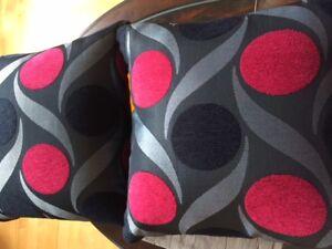 2 coussins noir-rouge-gris