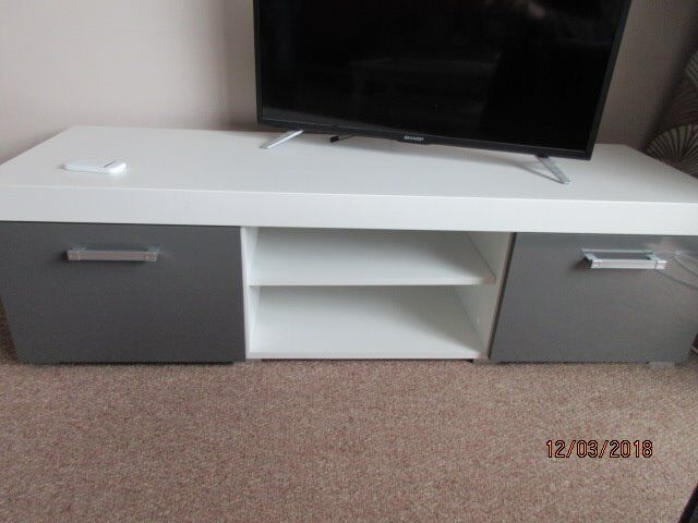 Modern high gloss TV stand/Unit