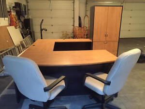 Be the Boss! with this Executive reversible desk & 2 chairs