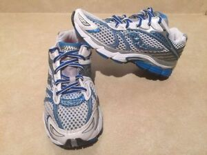 Women's Saucony Triumph 7 Running Shoes Size 7 London Ontario image 2