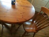 Extendabke table with 4 chairs